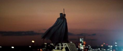 Batman-V-Superman-Trailer-Rifle-Rooftop-Cape