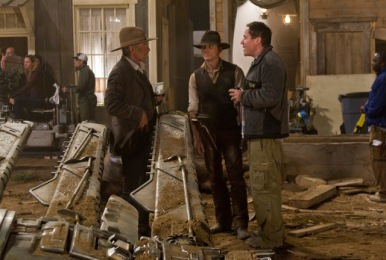 (L to R) HARRISON FORD as the iron-fisted Colonel Dolarhyde, DANIEL CRAIG as a stranger with no memory of his past and director/executive producer JON FAVREAU on the set of an event film for summer 2011 that crosses the classic Western with the alien-invasion movie in a blazingly original way: ?Cowboys & Aliens?.
